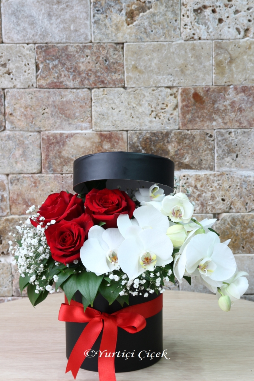 Send It To Your Loved Ones With The Arrangement Of Red Roses And
